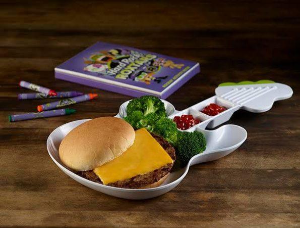 Burger pour les enfants dans une assiette bien Rock & Roll (mon fils en a deux à la maison ^^)